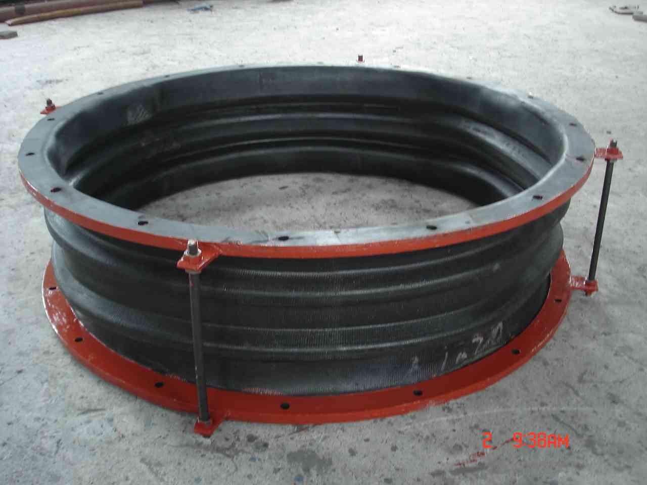 非金属织物补偿器和橡胶补偿器的差别  非金属织物补偿器和橡胶补偿器都是针对通风管道进行设计生产的新型非金属补偿器产品,该产品可以有效的避免各种通风管道工程,在运行过程中所产生的震动,有效的基地震动对于送风管道的影响,所以非金属织物补偿器和橡胶补偿器产品,在各种通风管道中得到了全面的应用,但是虽然工作原理和方式相近,但是从结构上,两者产品有着本质上的差别,超创管道就专业介绍一下这两者产品的差异。 首先我们来看非金属织物补偿器产品,该产品主要采用弹性元件为非金属材质,通常是纤维织物,所以又称织物补偿器(膨胀节